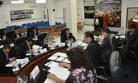 Em seis sessões extraordinárias e uma ordinária, num único dia, vereadores limpam a pauta